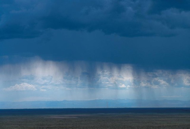 Oh, wait.  This is virga.  Nevermind...